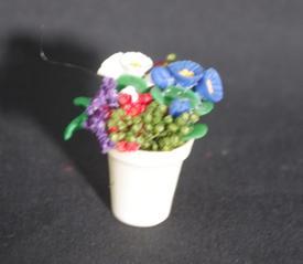 Blandede blomster i hvid keramik urtepotte