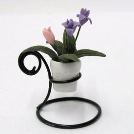 Blomster i hvid keramik urtepotte på opsats