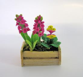 Blomsterdekoration i trækasse
