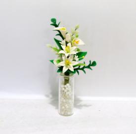 Hvid liljebuket i glasvase