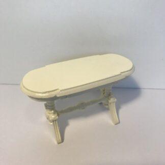 Hvid oval bord med udskæringer