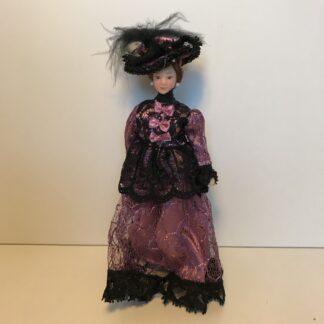 Fin dame med lilla kjole og hat