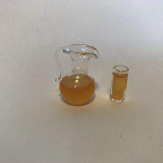 Kande & glas med appelsinjuice